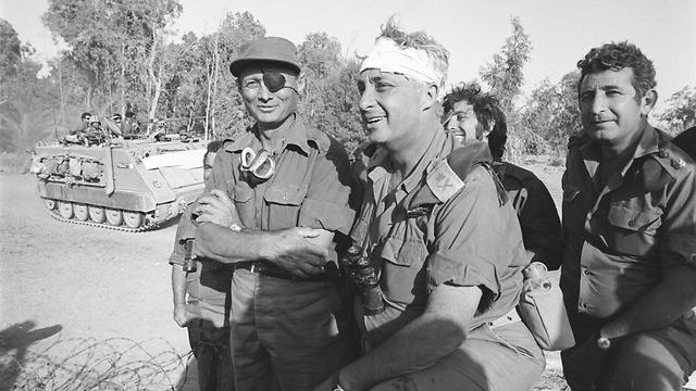 Sharon with then-Defense Minister Moshe Dayan. West of Suez Canal. Yom Kippur War 1973. (Photo: Bamahane, Abraham Vered)