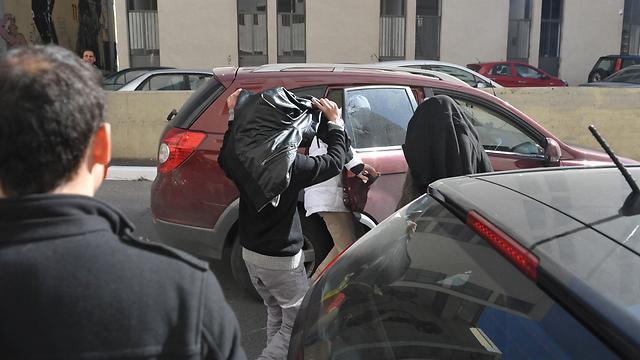 הנערים החשודים בדרך למעצר בית. ההורים נכשלו (צילום: בני דויטש)