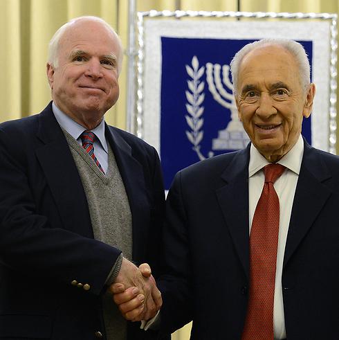 McCain with Shimon Peres (Photo: Kobi Gideon/GPO)