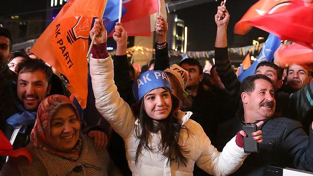 Partidarios turcos del partido de Erdogan (Foto: MCT)