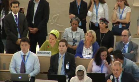 רחל פרנקל (בירוק) נואמת ומאחוריה בת גלים שער ואיריס יפרח (צילום: UN WEB TV)