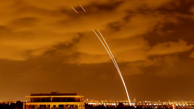 כיפת ברזל בפעולה מעל תל אביב (צילום: פיני נטרביץ')