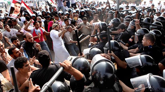 La policía y los manifestantes en Egipto tras la vedict en el juicio de Hosni Mubarak (Archivo Foto: AP)