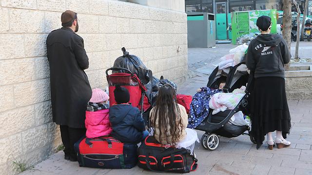 """""""צריכה מקום עם מים חמים בשביל הילדים"""". המשפחה שנזרקה לרחוב (צילום: אלכס קולומויסקי)"""