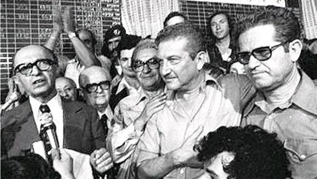 Менахем Бегин и Эзер Вейцман после выборов 1977 года.