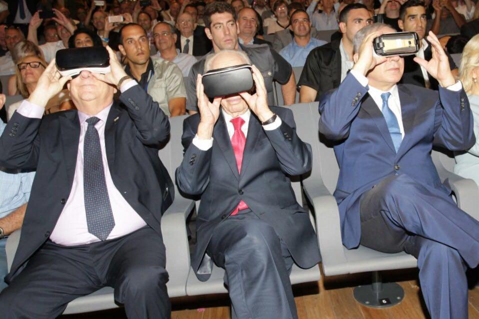 """רה""""מ נתניהו, מר פרס והנשיא ריבלין צופים במרכז החדשנות במשקפי מציאות מדומה (צילום: רפי דלויה)"""