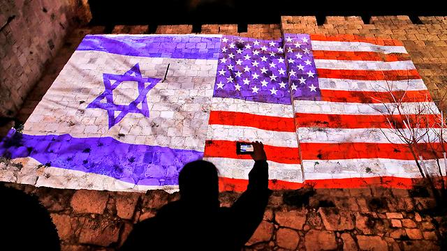 Amerikanische und israelische Flaggen auf den Mauern der Altstadt (Foto: AFP)
