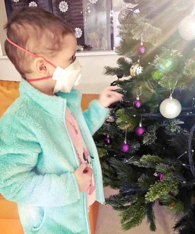 Алена у новогодней елки. Фото из архива семьи