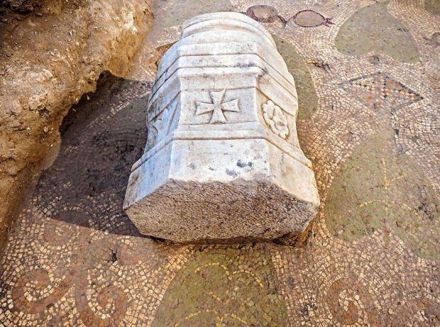 Фрагмент колонны с крестом. Фото: Асаф Перец, Управление древностей