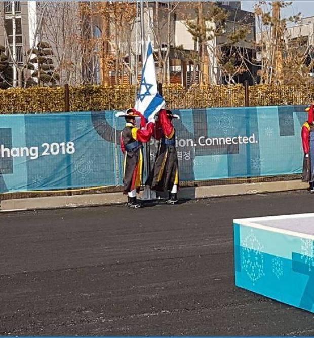 Флаг Израиля поднимают в Олимпийской деревне