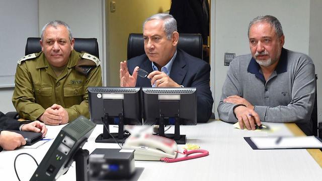Netanyahu with IDF Chief of Staff Gadi Eisenkot and Defense Minister Avigdor Lieberman at the Kirya Base in Tel Aviv  (Photo: Ariel Hermoni/Defense Ministry)