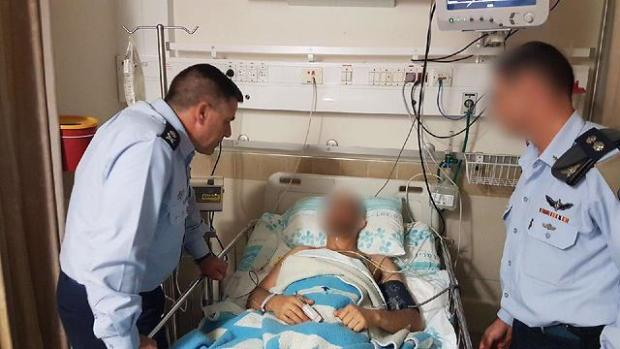 Амикам Норкин посещает раненого штурмана. Фото: пресс-служба ЦАХАЛа (Photo: IDF Spokesperson's Unit)