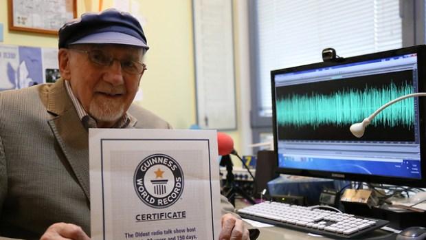 Уолтер Бингэм со свидетельством о включении в Книгу рекордов Гиннесса. Фото: Офер Меир
