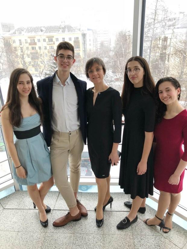 Надя Тимофеева (в центре) со своими воспитанниками Фото: из личного архива Н. Тимофеевой