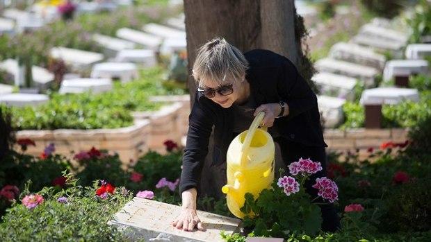 Кларит Адив на могиле своего мужа Авраама. Фото: АР