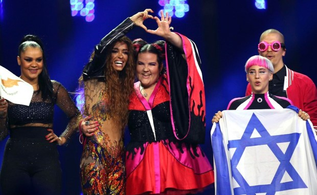 Нета с участницей из Кипра. Фото: АР
