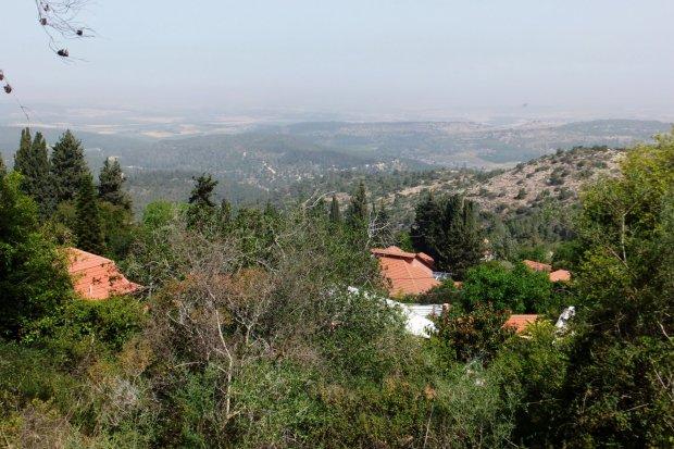 Мошав Бейт-Меир, построенный на месте бывшей арабской деревни Бейт-Махсир. С высоты холма просматривается шоссе на Иерусалим. Фото: Леон Левитас