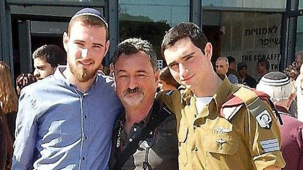Ронен Любарски с отцом и братом. Фото предоставлено семьей (Photo courtesy of the family)