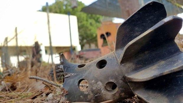 Минометный снаряд во дворе детского сада. Фото: Рои Идан (Photo: Roee Idan)