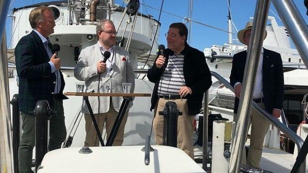 Выступление израильского посла на борту яхты Elida у острова Готланд. Фото предоставлено Ш. Абрахамсоном
