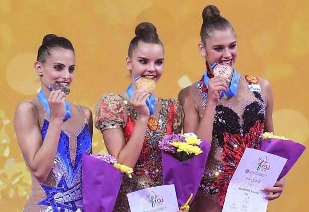 Ашрам, Аверина и Солдатова во время награждения. Фото: ЕРА