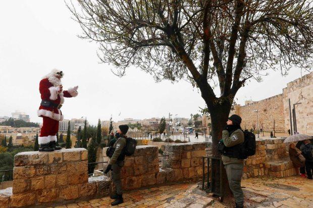 Санта-Клаус и боец МАГАВa: неожиданная стреча. Фото: AFP
