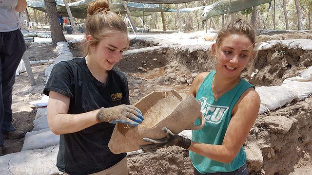 Pottery from Khirbet al-Ra'i