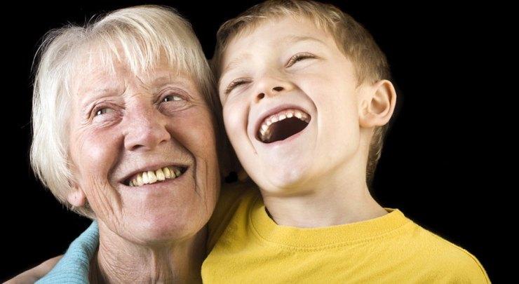 «Ну же, поцелуй бабушку!». Почему нельзя заставлять детей целовать родственников