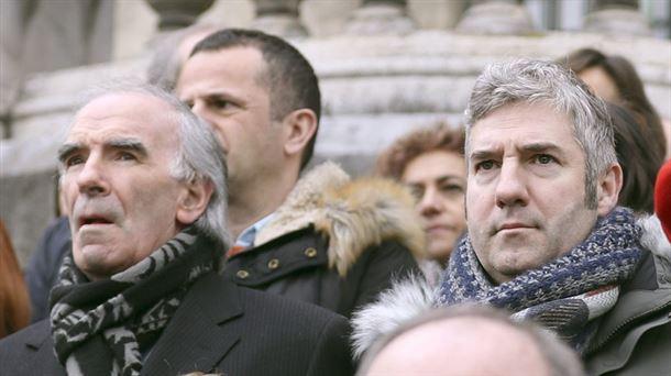 Josu Urrutia y José Ángel Iribar, durante la concentración en el Ayuntamiento de Bilbao. Foto: EFE