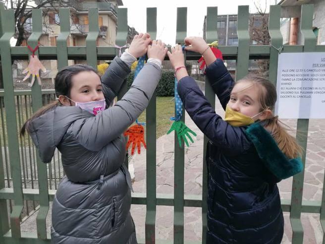A Clusone nastri colorati e manine di carta sui cancelli dell'asilo e delle scuole elementari: «Ci mancano i compagni e la maestra»