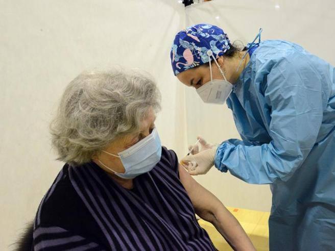 Vaccini anti Covid, le centinaia di folli traversate per gli anziani