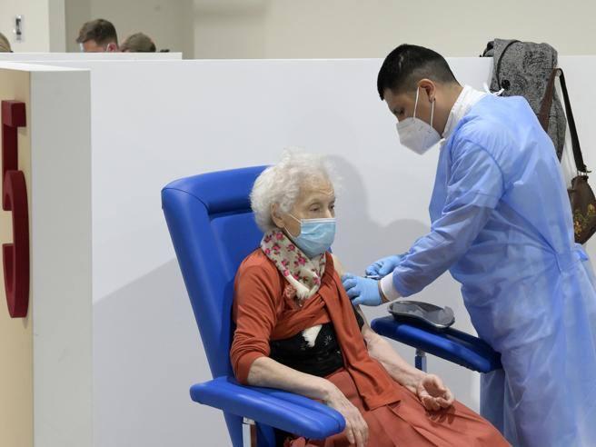 Caos vaccini per gli anziani, l'esperto informatico: «Sbagliato riadattare piattaforme usate»