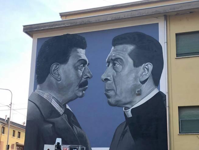 Brescello festeggia i 70 anni di Don Camillo e Peppone con un murale in centro