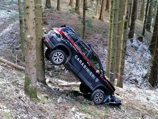 Casentino, l?auto dei carabinieri resta incastrata tra due alberi