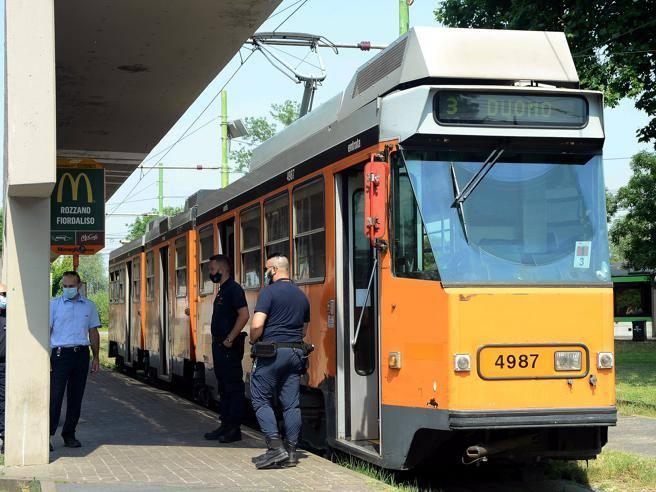 Milano, picchia il conducente di un tram e si mette alla guida: bloccato