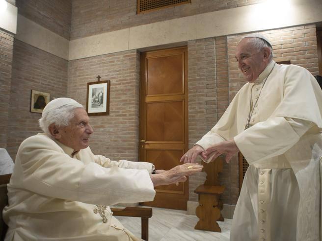 Il Papa e i nuovi cardinali fanno visita a Benedetto XVI: le foto dei sorrisi e del saluto affettuoso
