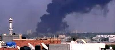 Un'esplosione vicino al bunker di Gheddafi (Reuters/Louafi Larbi)