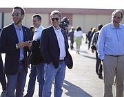 Gli uomini chiave del team Obama, al concerto di Springsteen alla vigilia del voto. Il primo da sinistra è Jon Favreau (speechwriter), David Plouffe (consigliere politico), Jay Carney (portavoce) e David Axelrod (stratega) - (Reuters)