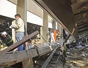 I primi soccorsi dopo l'esplosione (Ap)
