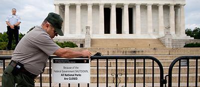 Cartello «chiuso» al Lincoln Memorial (Afp Photo)