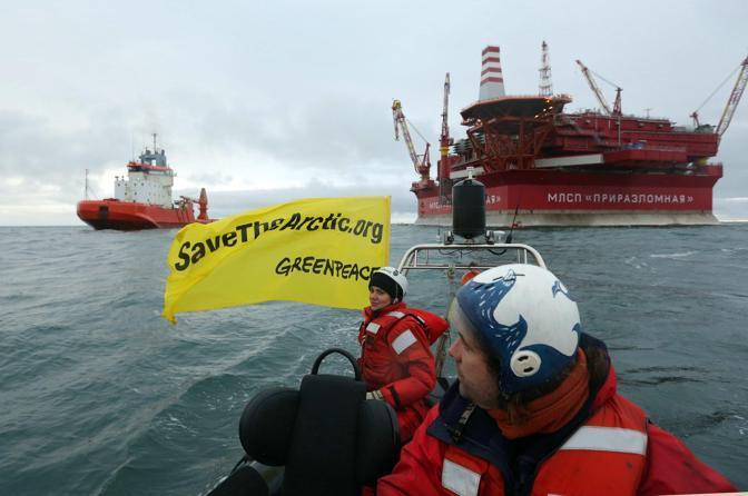 Attivisti di Greenpeace venerdì 24 agosto hanno preso d'assalto la piattaforma petrolifera Prirazlomnaya della Gazprom nel sud-est del mare di Barents, nell'Artico russo (Ap)