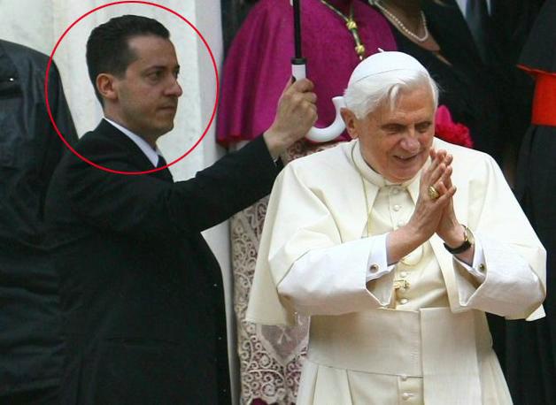 Paoletto Gabriele regge l'ombrello al Papa