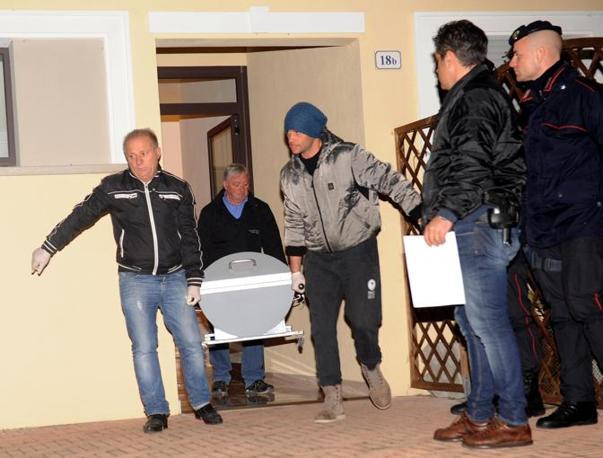 Una bare esce dalla casa di Umbertide dove si è consumata la tragedia: Mustapha Hajjaji, marocchino di 44 anni,  ha ucciso i figli Ahmed 8 anni e Jiahane di 12 anni  (ANSA/ P. Crocchioni)