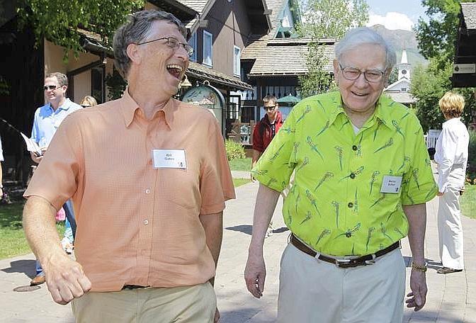 I geki di Warren Buffett battono per distacco la camicia color carne di Bill Gates, che maschera l'invidia con una risata (Ap/Sakuma)