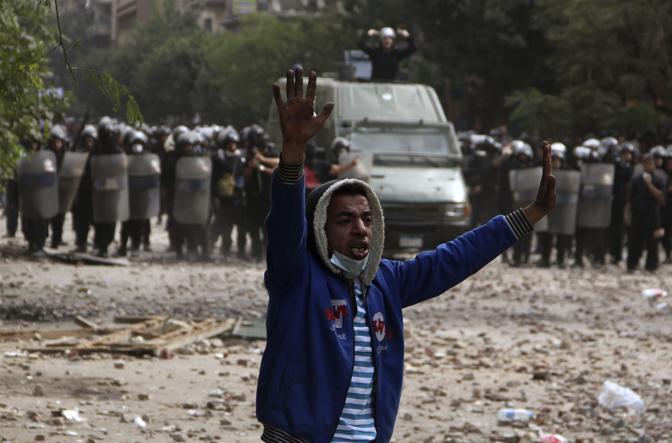 Secondo giorno di scontri in Egitto. Il bilancio è grave, sono almeno tre le persone morte in piazza Tahrir, luogo simbolo della protesta anti Mubarak. Centinaia i feriti. Butaina Kamel, candidata alle elezioni presidenziali, è stata arrestata mentre marciava con i manifestanti. Nella foto un ragazzo con le mani alzate (Reuters)