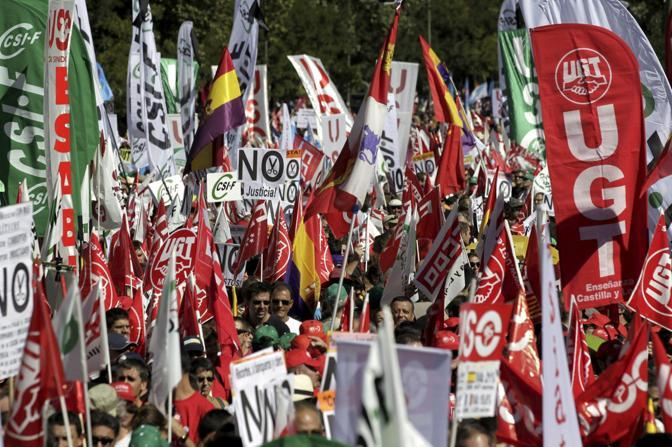 In piazza, con bandiere e striscioni: da Madrid a Pechino, passando per la Francia e la Russia. Motivi diversi, immagini simili. A Madrida la manifestazione dei sindacati contro i tagli del governo spagnolo (Ansa)