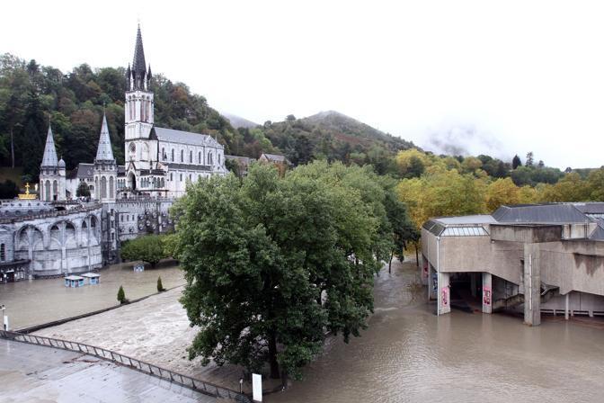 Il santuario di Lourdes inondato