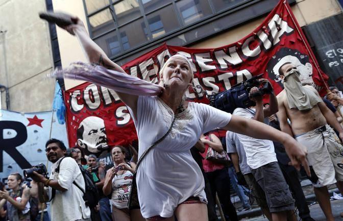 L'ssoluzione di 13 persone, accusate del sequestro di donne poi costrette a prostituirsi, ha scatenato la rabbia di decine di persone, scese in piazza a Buenos Aires. Scontri con la polizia nella capitale     (Ap)