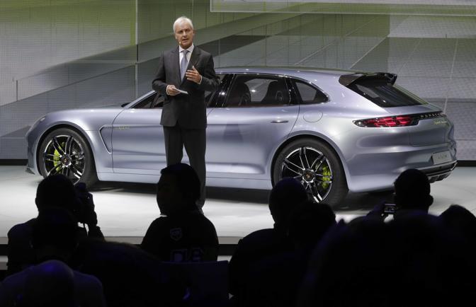 L'amministratore delegato della Porsche Matthias Mueller presenta la Panamera Sport turismo, una concept a metà fra la giardinetta e la coupé che anticipa la prossima serie della Panamera. (Ap/Euler)