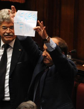 Scilipoti mostra un foglio con la scritta «Vergogna Fini» (Photoviews)